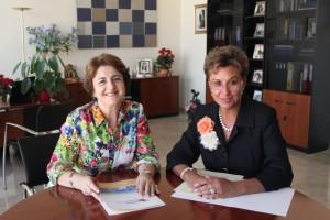 La vicerrectora de Relaciones Institucionales, Mª Teresa Pérez Vázquez, y la presidenta de Centro UNESCO Comunidad Valenciana, Mercedes Sainz Arnedo.