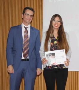 El vicerrector de Estudiantes y Deportes de la UMH, Francisco Moreno y la estudiante becada Natalia Gisbert.