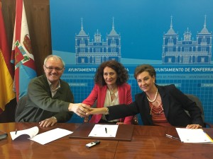 Firma en Ponferrada con la Alcaldesa Gloria Fernández Merayo, el Rector se la Parroquia Ntra. Sra. De Encina Antolin de Cela Pérez y María Teresa