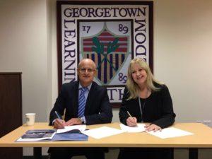 Vicente Micol con Chantal Santelices, firma del convenio (Directora del CIED). Georgetown